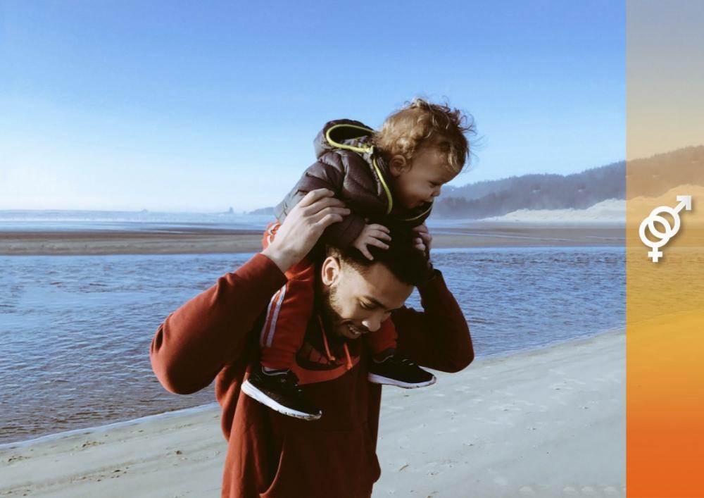 padre e hijo en la playa sonriendo pasando un buen rato juntos paternidad