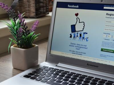laptop con la web de facebook