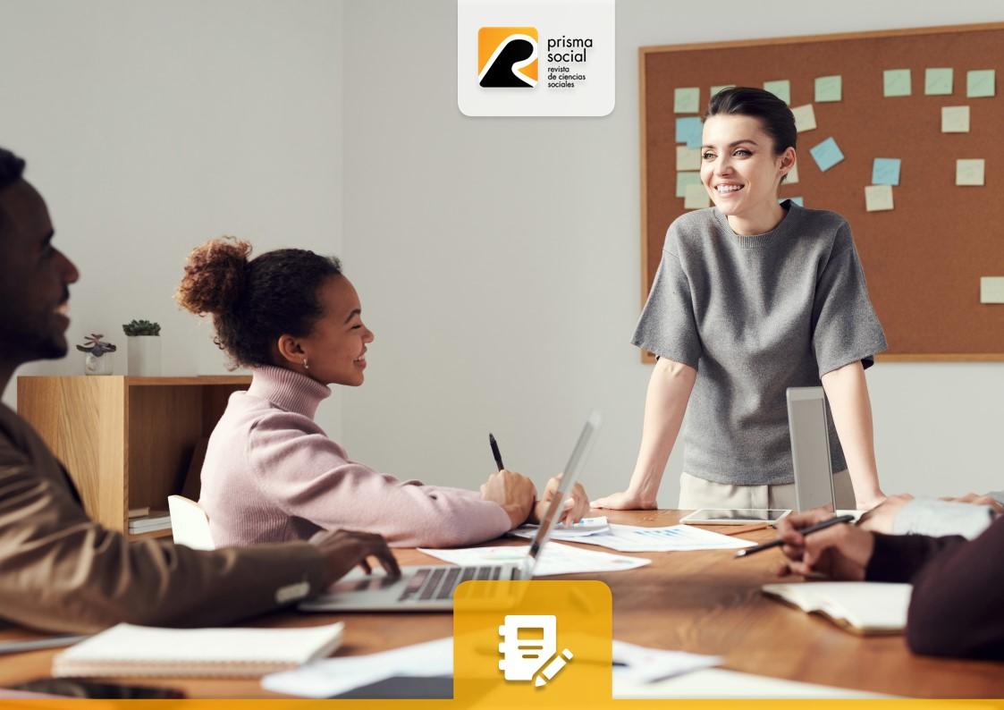 mujer joven sonriente exponiendo en una reunión de trabajo